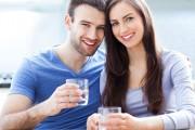 6 zalet wody alkalicznej